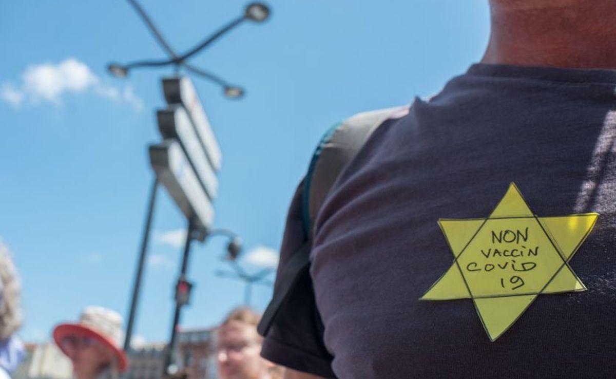 Un manifestant anti-vaccin, arbore une étoile jaune, le 17 juillet 2021.