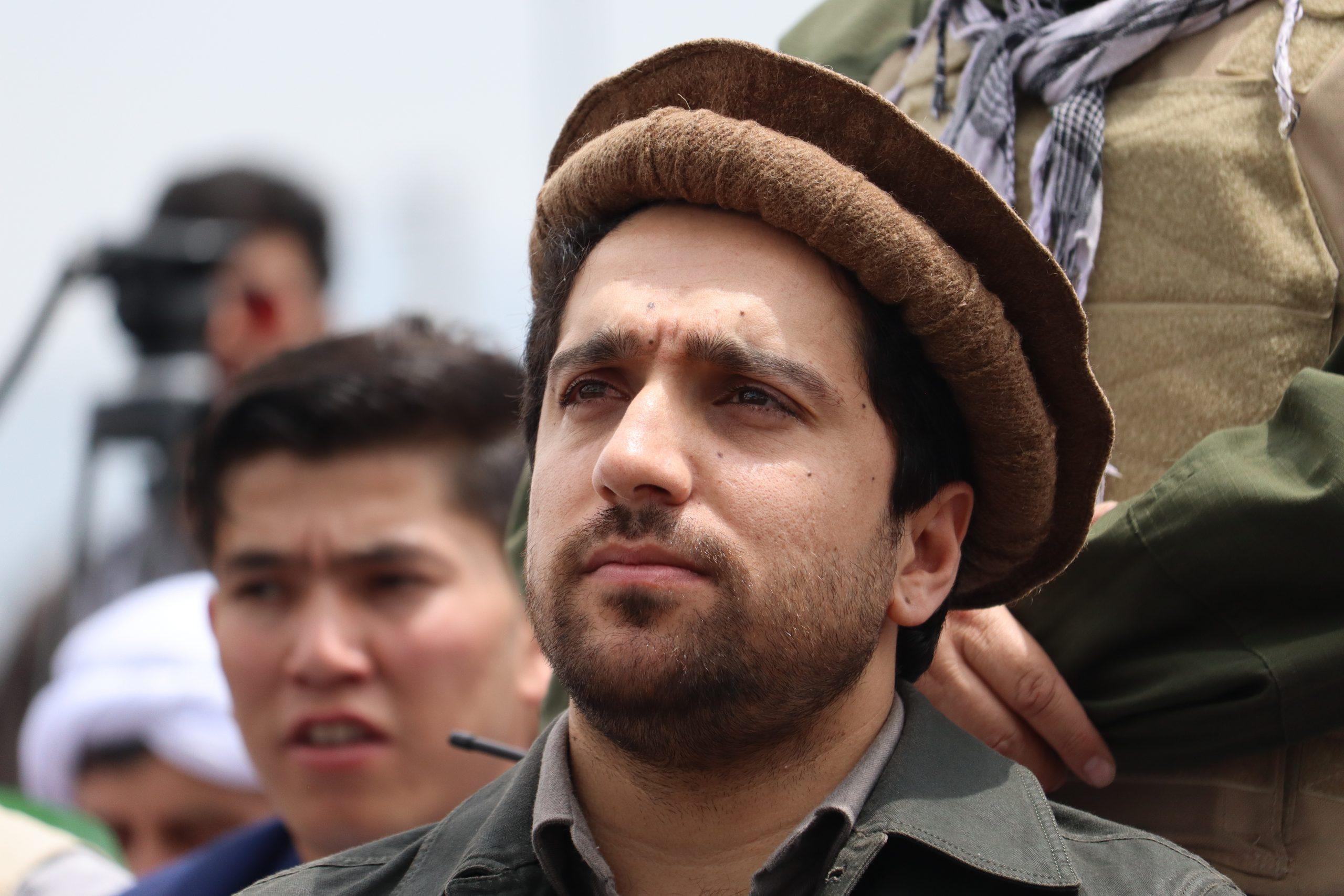 Portrait en couleur du résistant afghan Ahmad Massoud dans la vallée
