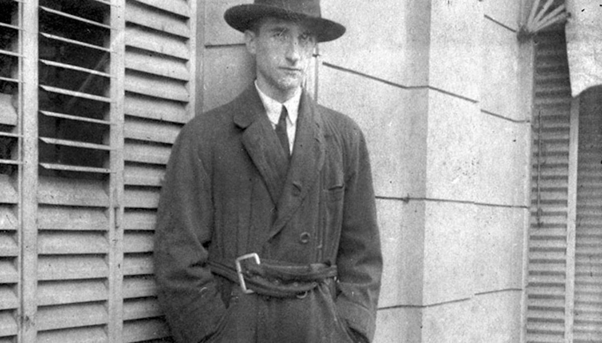Marcel Duchamp porte un chapeau dans un portrait en noir et blanc.
