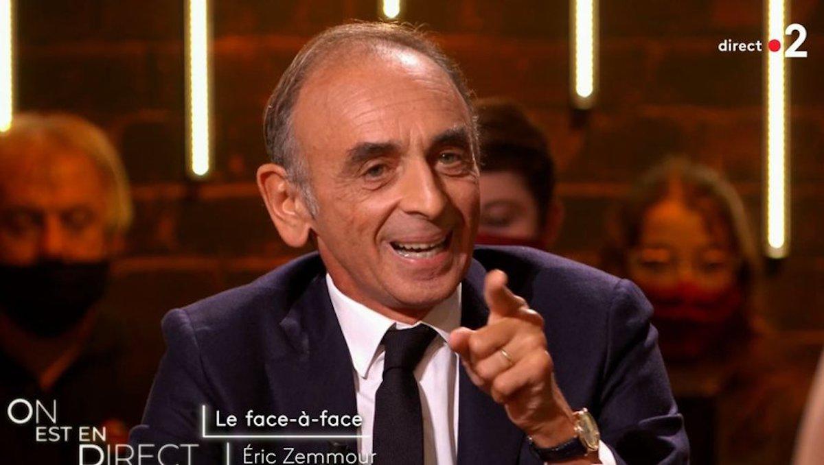 Eric Zemmour gesticule lors de sa participation dans l'émission animée par Laurent Ruquier et Léa Salamé sur France 2.