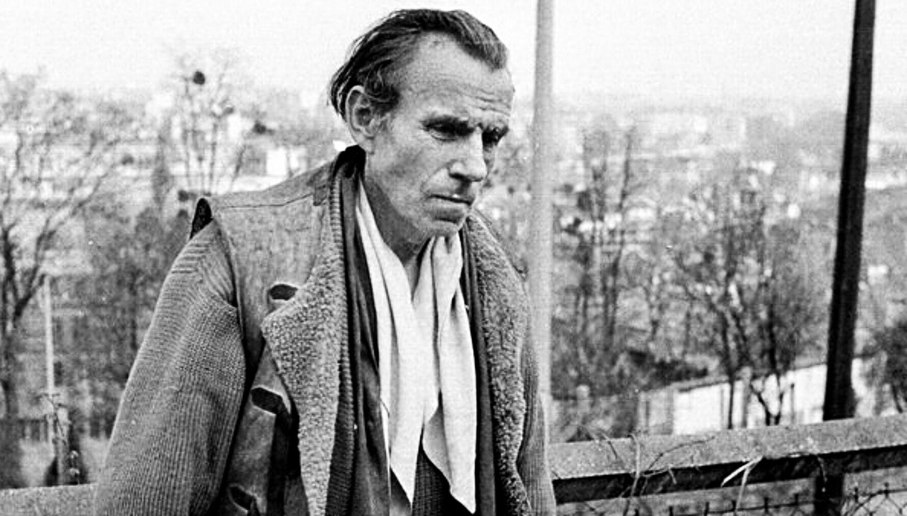Portrait en noir et blanc et de profil de l'écrivain français Louis-Ferdinand Céline.