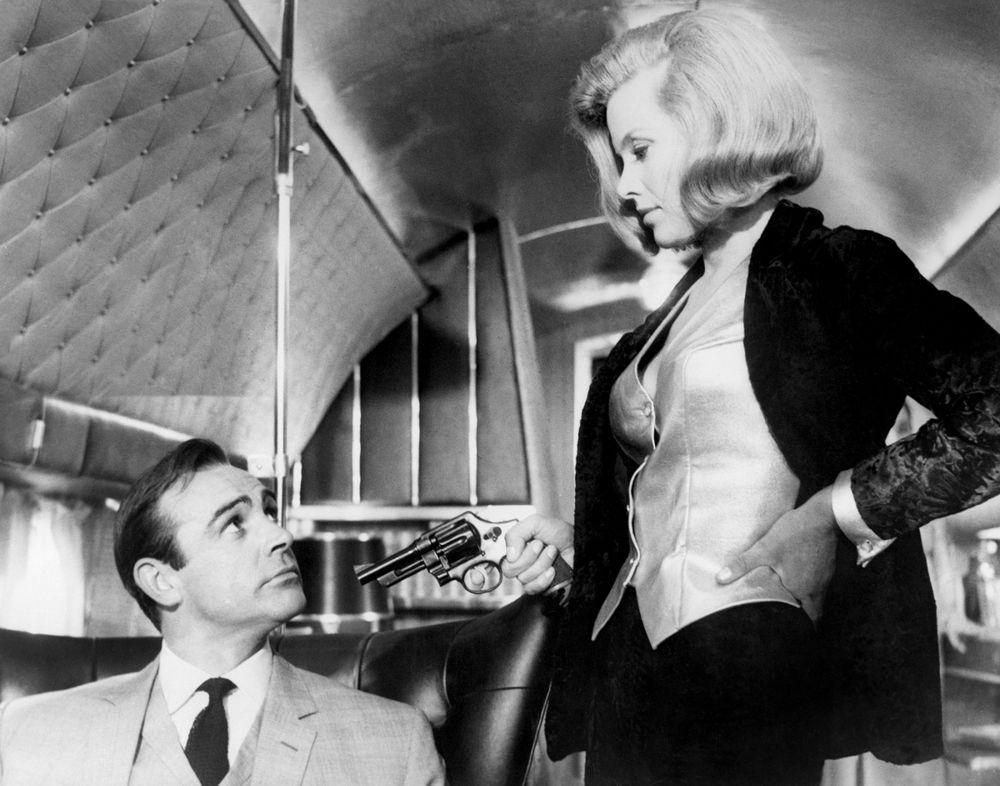 Pussy Galore pointe son arme face à James Bond dans le film «Goldfinger».