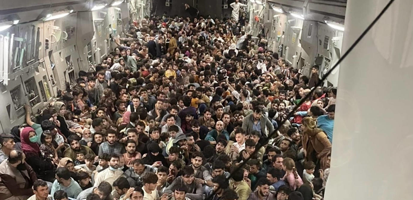 Des citoyens afghans à l'intérieur d'un C-17 Globemaster III de l'US Air Force quittent l'aéroport international Hamid Karzai en Afghanistan, le 15 août 2021.