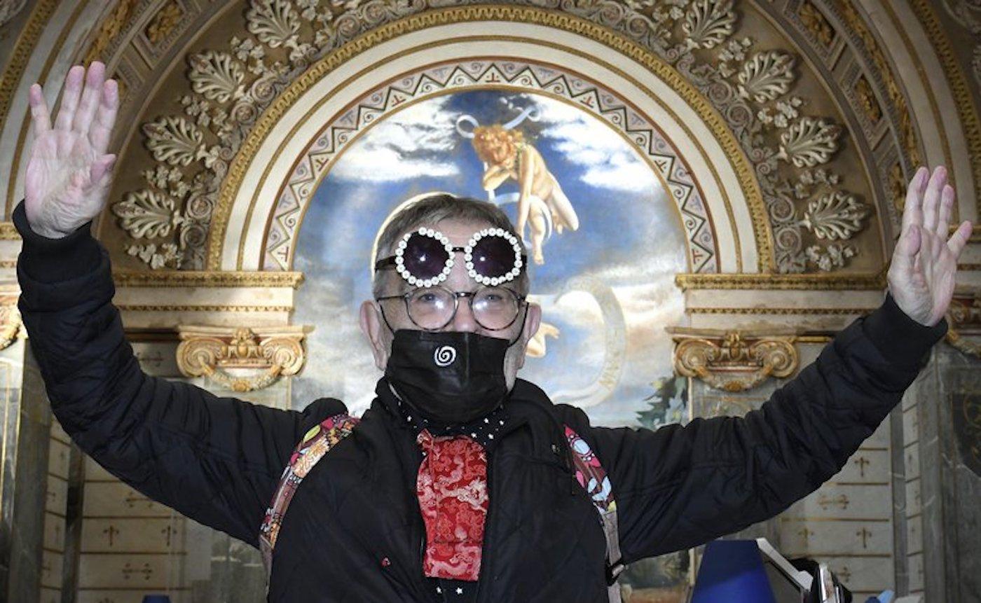 Le dramaturge espagnol pose devant la cinémathèque de Toulouse.