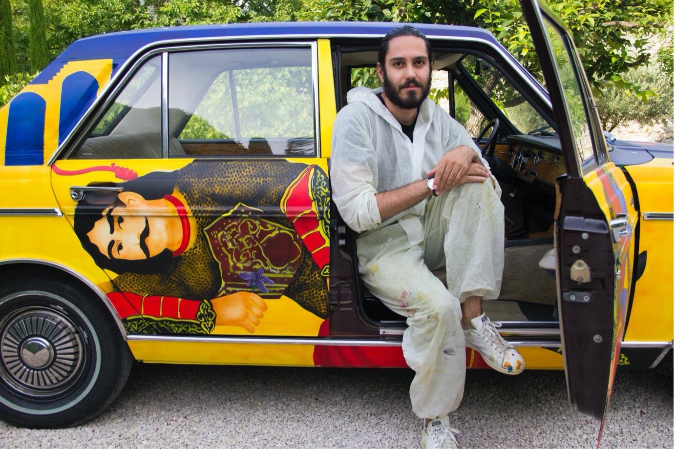L'artiste iranien Alireza Shojaian pose devant son oeuvre, la PaykanArtCar, une oeuvre qui devait être exposée à Asia Now.