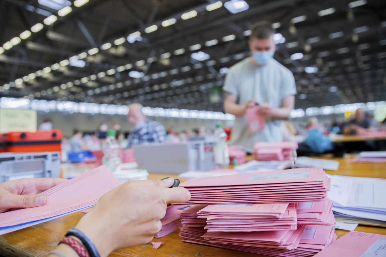 Les agents électoraux allemands ouvrent les enveloppes roses lors du dépouillement du vote par correspondance lors les élections parlementaires allemandes, à Cologne, en Allemagne.